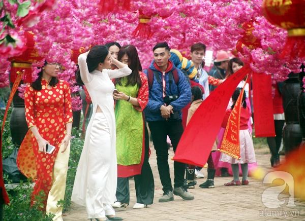 Hà Nội: Bất chấp trời lạnh và mưa, hàng nghìn người đổ về làng hoa Nhật Tân chụp ảnh - Ảnh 5.
