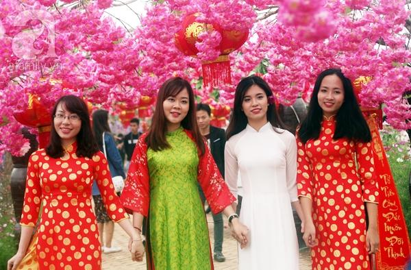 Hà Nội: Bất chấp trời lạnh và mưa, hàng nghìn người đổ về làng hoa Nhật Tân chụp ảnh - Ảnh 6.
