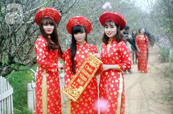 Hà Nội: Bất chấp trời lạnh và mưa, hàng nghìn người đổ về làng hoa Nhật Tân chụp ảnh - Ảnh 8.