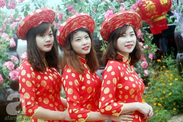 Hà Nội: Bất chấp trời lạnh và mưa, hàng nghìn người đổ về làng hoa Nhật Tân chụp ảnh - Ảnh 9.