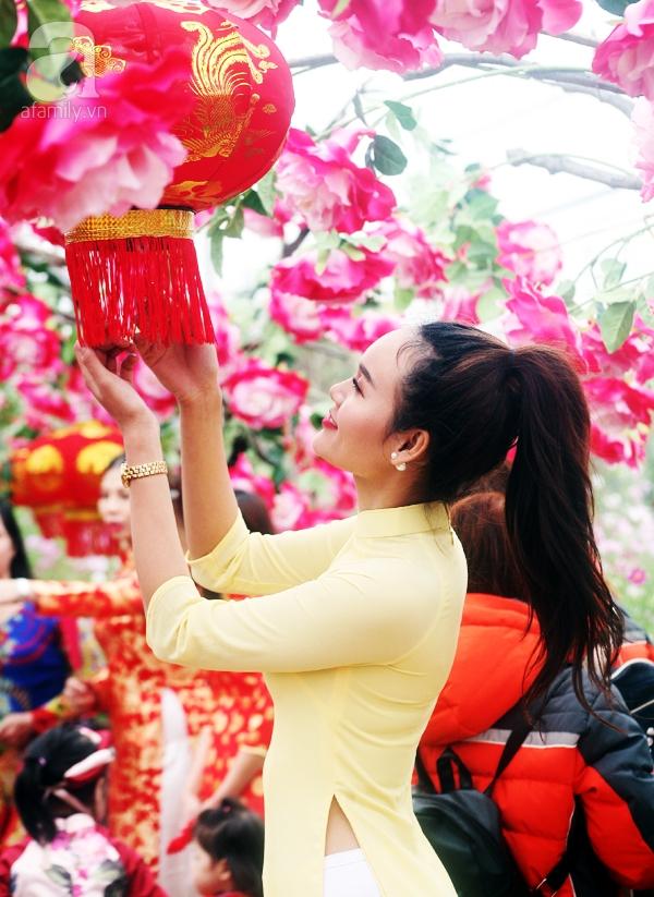 Hà Nội: Bất chấp trời lạnh và mưa, hàng nghìn người đổ về làng hoa Nhật Tân chụp ảnh - Ảnh 10.