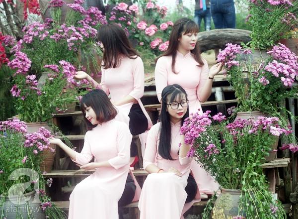 Hà Nội: Bất chấp trời lạnh và mưa, hàng nghìn người đổ về làng hoa Nhật Tân chụp ảnh - Ảnh 11.