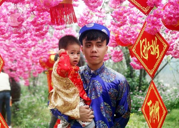 Hà Nội: Bất chấp trời lạnh và mưa, hàng nghìn người đổ về làng hoa Nhật Tân chụp ảnh - Ảnh 15.