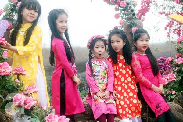 Hà Nội: Bất chấp trời lạnh và mưa, hàng nghìn người đổ về làng hoa Nhật Tân chụp ảnh - Ảnh 16.