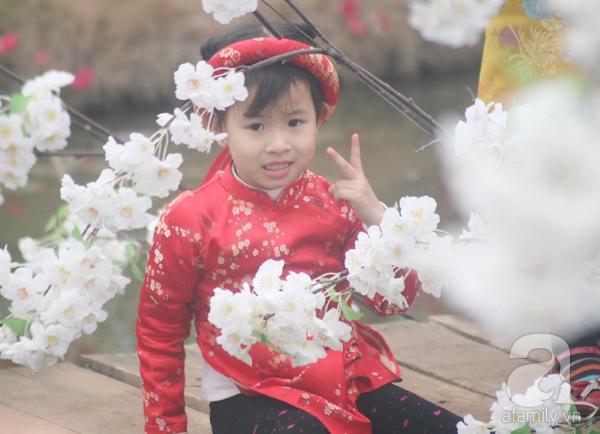 Hà Nội: Bất chấp trời lạnh và mưa, hàng nghìn người đổ về làng hoa Nhật Tân chụp ảnh - Ảnh 18.
