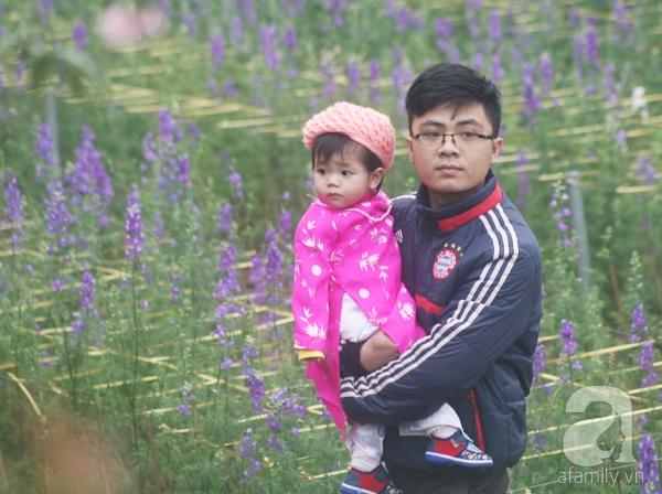 Hà Nội: Bất chấp trời lạnh và mưa, hàng nghìn người đổ về làng hoa Nhật Tân chụp ảnh - Ảnh 19.