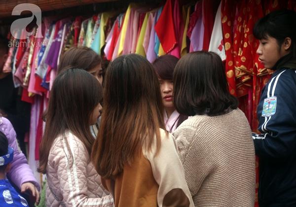 Hà Nội: Bất chấp trời lạnh và mưa, hàng nghìn người đổ về làng hoa Nhật Tân chụp ảnh - Ảnh 20.