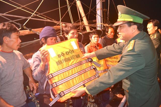 Tặng áo phao cho các ngư dân.