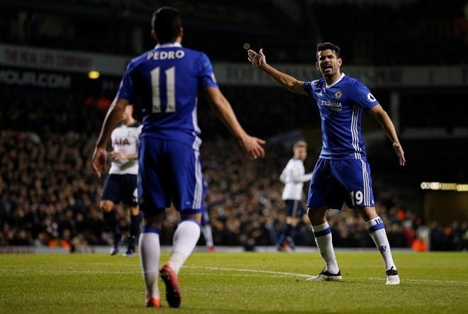 Costa va Pedro cai nhau ngay tren san hinh anh 3