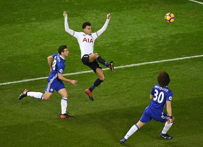 Costa va Pedro cai nhau ngay tren san hinh anh 6