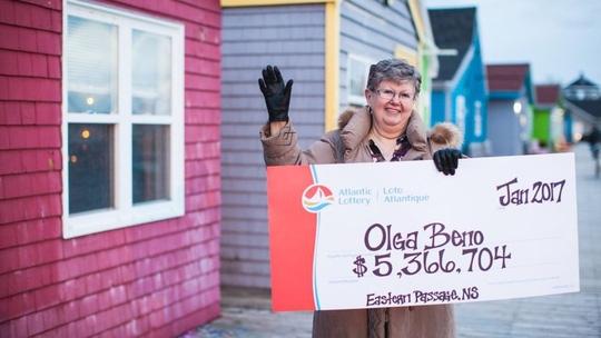 Bà Olga Beno trúng 3,9 triệu USD xổ số nhờ gần 30 năm theo đuổi dãy số xuất hiện trong mơ. Ảnh: BBC