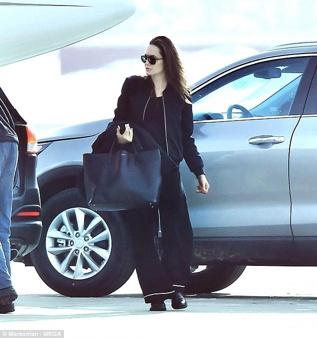 Brad Pitt điên tiết khi Angelina Jolie liên tục di chuyển chỗ ở của các con - Ảnh 1.
