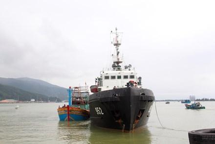Tàu 952 của Vùng 3 Hải quân lai dắt tàu cá ĐNa 90397TS vào bờ. Ảnh: Thanh Trần.
