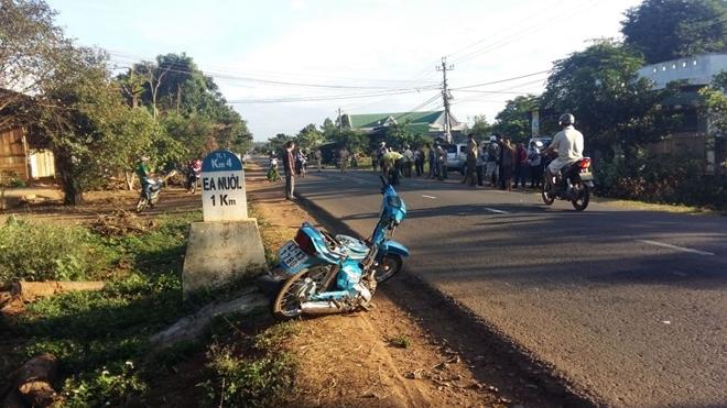Taxi tông xe máy rồi bay xuống vệ đường, 4 người thương vong - Ảnh 1.