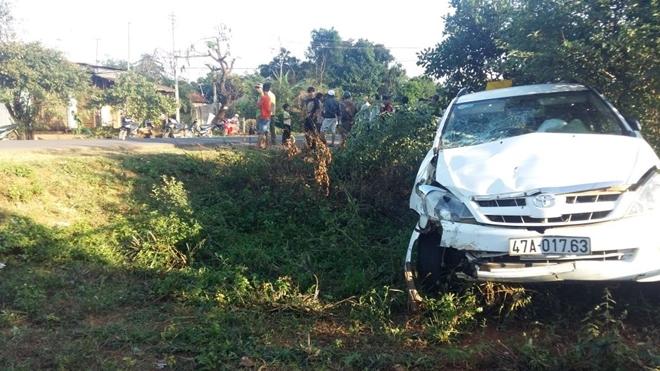 Taxi tông xe máy rồi bay xuống vệ đường, 4 người thương vong - Ảnh 2.