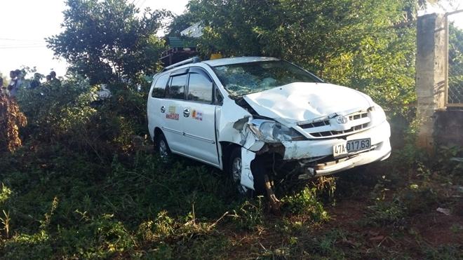 Taxi tông xe máy rồi bay xuống vệ đường, 4 người thương vong - Ảnh 3.