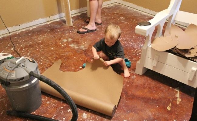 Cô gái xé bìa các-tông dán đầy lên sàn nhà, mọi người lắc đầu ngán ngẩm cho đến khi... - Ảnh 2.