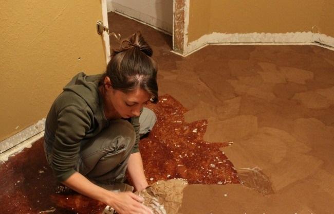 Cô gái xé bìa các-tông dán đầy lên sàn nhà, mọi người lắc đầu ngán ngẩm cho đến khi... - Ảnh 3.