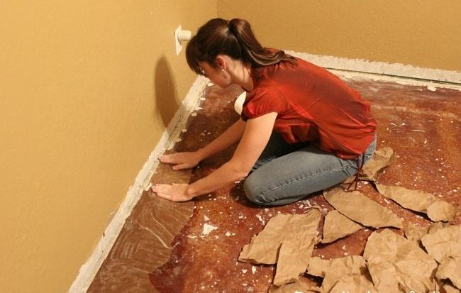 Cô gái xé bìa các-tông dán đầy lên sàn nhà, mọi người lắc đầu ngán ngẩm cho đến khi... - Ảnh 4.