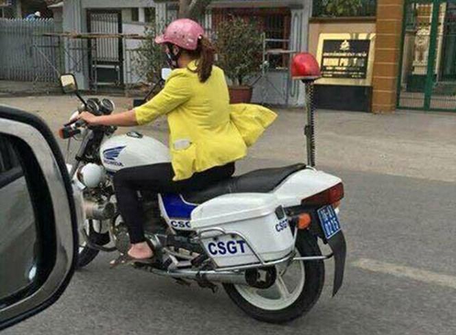 Mạng xã hội lan truyền hình ảnh một phụ nữ điều khiển chiếc mô tô nghiệp vụ gắn logo CSGT /// Ảnh: Mạng xã hội