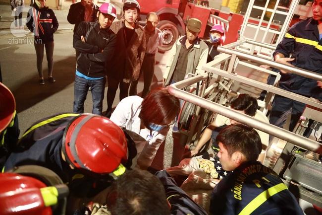 Hà Nội: Đi ăn cỗ ở tầng 4, người phụ nữ bất ngờ sinh con nhưng bị mắc kẹt vì cầu thang quá bé - Ảnh 3.