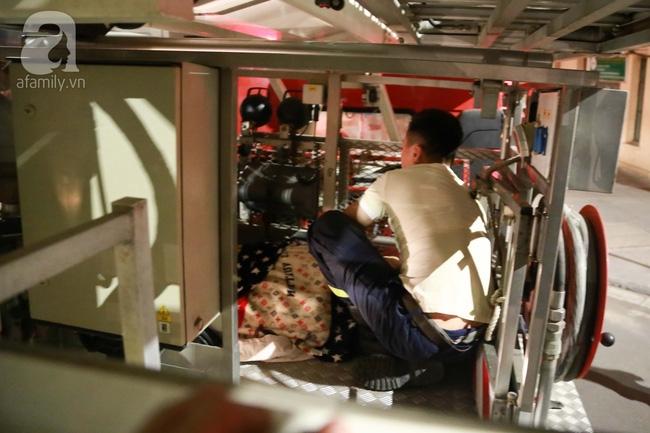 Hà Nội: Đi ăn cỗ ở tầng 4, người phụ nữ bất ngờ sinh con nhưng bị mắc kẹt vì cầu thang quá bé - Ảnh 8.