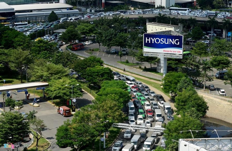 San bay Tan Son Nhat dang ket xe nghiem trong hinh anh 6
