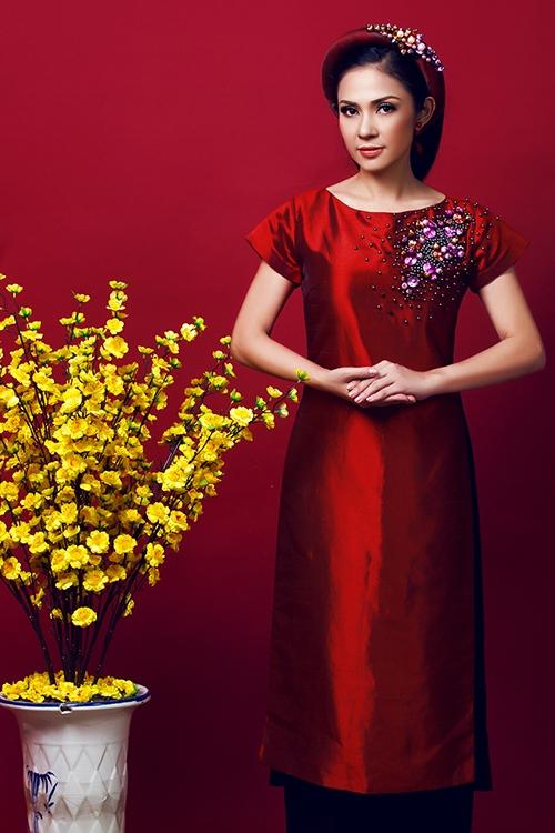 [Caption]Cô dâu có thể chọn trang sức đồng điệu cùng màu quần hay chiếc mấn đội đầu ton sur ton cùng màu áo dài gấm.