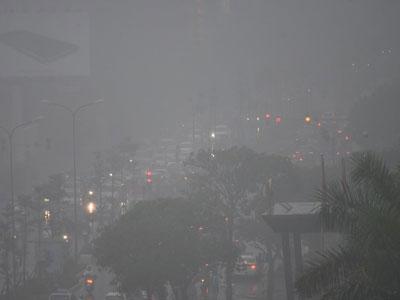 Các ngả đường ở Hà Nội rối loạn trong mưa