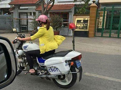Người phụ nữ mặc thường phục lái xe đặc chủng:
