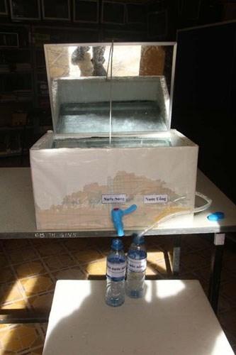 2 nữ sinh lớp 8 chế thiết bị lọc nước mặn thành ngọt bằng năng lượng mặt trời - ảnh 2