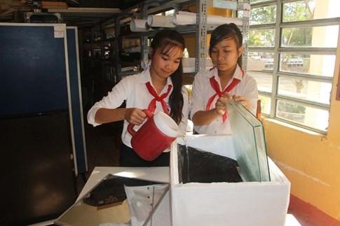 2 nữ sinh lớp 8 chế thiết bị lọc nước mặn thành ngọt bằng năng lượng mặt trời - ảnh 5