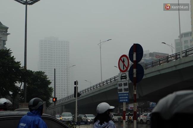 Chùm ảnh: Gần trưa, Hà Nội mờ ảo trong sương mù dày đặc - Ảnh 2.