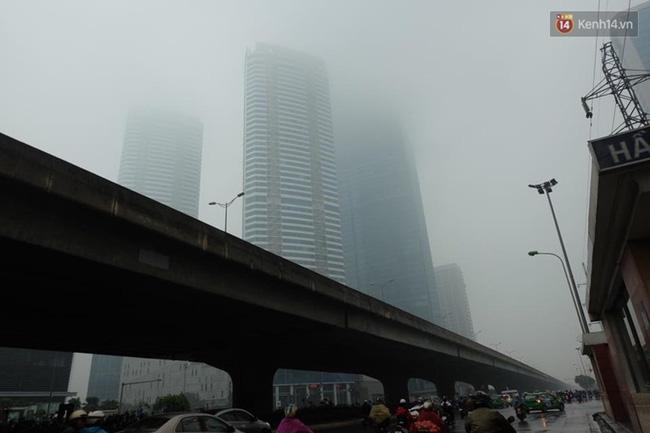 Chùm ảnh: Gần trưa, Hà Nội mờ ảo trong sương mù dày đặc - Ảnh 3.