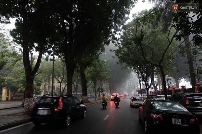 Chùm ảnh: Gần trưa, Hà Nội mờ ảo trong sương mù dày đặc - Ảnh 4.