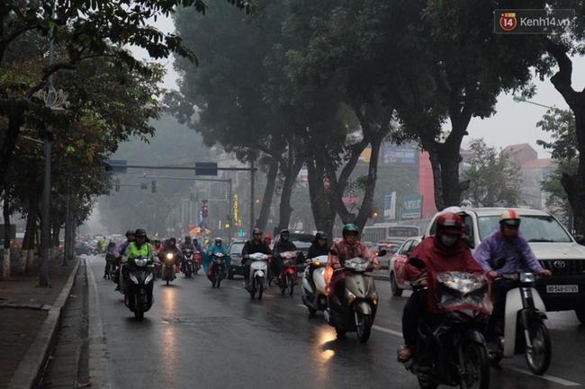 Chùm ảnh: Gần trưa, Hà Nội mờ ảo trong sương mù dày đặc - Ảnh 5.