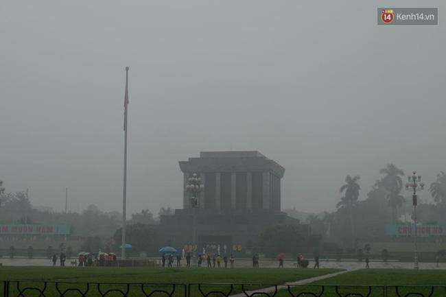 Chùm ảnh: Gần trưa, Hà Nội mờ ảo trong sương mù dày đặc - Ảnh 6.