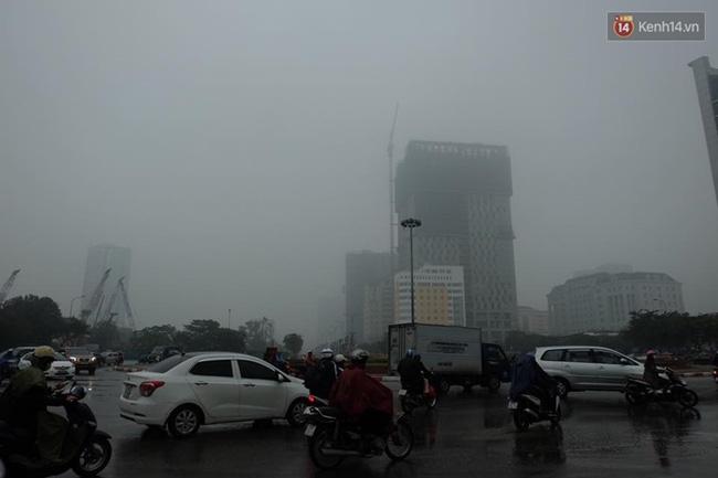 Chùm ảnh: Gần trưa, Hà Nội mờ ảo trong sương mù dày đặc - Ảnh 7.