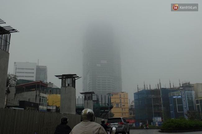 Chùm ảnh: Gần trưa, Hà Nội mờ ảo trong sương mù dày đặc - Ảnh 8.