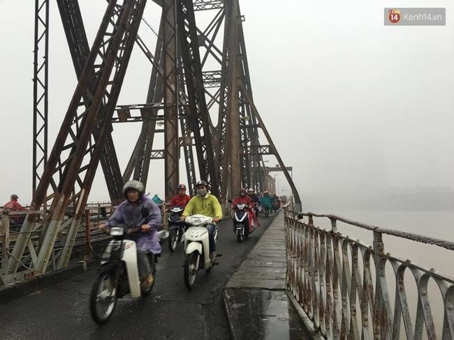 Chùm ảnh: Gần trưa, Hà Nội mờ ảo trong sương mù dày đặc - Ảnh 9.