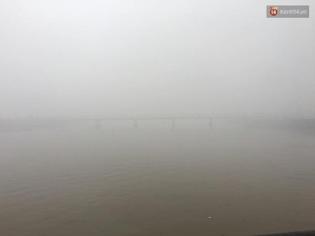 Chùm ảnh: Gần trưa, Hà Nội mờ ảo trong sương mù dày đặc - Ảnh 10.