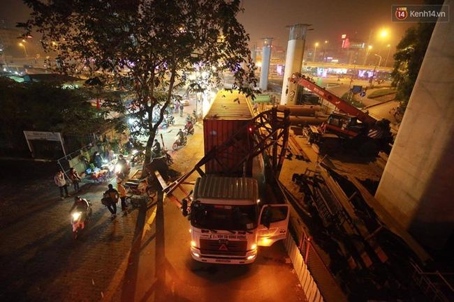 Hà Nội: Xe container húc đổ cổng hạn chế chiều cao, đường Xuân Thủy bị chặn lối - Ảnh 1.