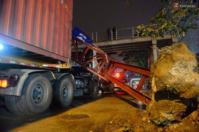 Hà Nội: Xe container húc đổ cổng hạn chế chiều cao, đường Xuân Thủy bị chặn lối - Ảnh 2.