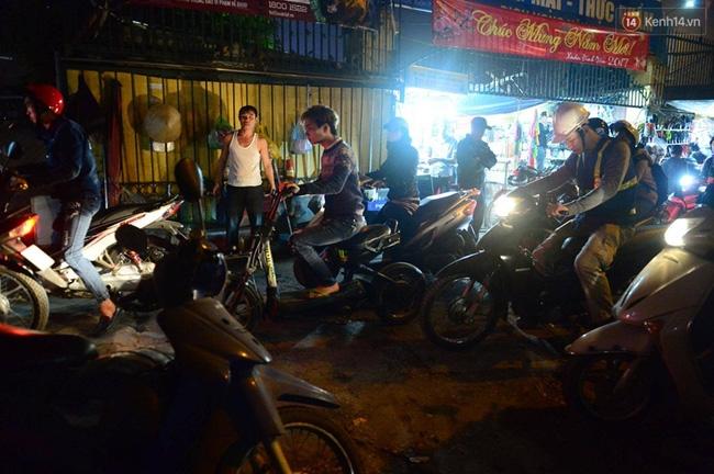 Hà Nội: Xe container húc đổ cổng hạn chế chiều cao, đường Xuân Thủy bị chặn lối - Ảnh 3.