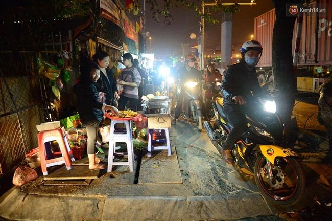 Hà Nội: Xe container húc đổ cổng hạn chế chiều cao, đường Xuân Thủy bị chặn lối - Ảnh 4.