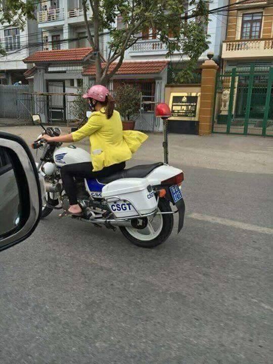 Hình ảnh chị Ngàn lái xe đặc chủng lan truyền trên mạng gây xôn xao dư luận.