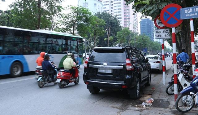 Chiếc ô tô ngang nhiên đổ trên phố Láng Hạ ngay cạnh biển cấm dừng đỗ. Phố Láng Hạ mỗi chiều có 3 làn đường, một làn hiện tại dành riêng cho xe buýt nhanh BRT hoạt động, hai làn còn lại của các phương tiện khác, nên việc dừng đỗ như trên khiến lòng đường bị thu hẹp lại, chỉ còn 1/3 so với trước kia.