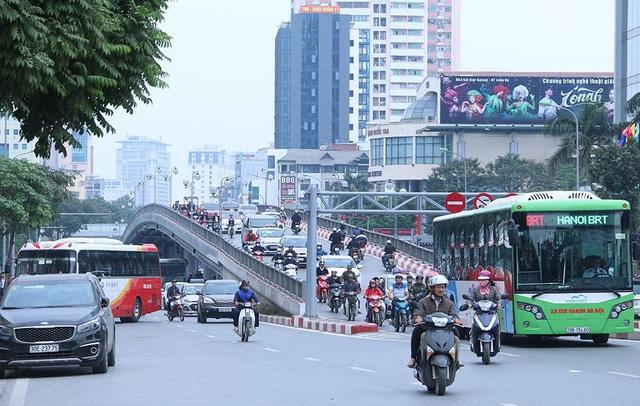 Cầu vượt Láng Hạ - Thái Hà trong giờ cao điểm cấm toàn bộ xe máy không được lưu thông trên cầu để dành đường cho xe buýt nhanh. Ngay dưới chân cầu có một số nhà hàng, trung tâm hội nghị tiệc cưới luôn đón khách, nhiều ô tô ra vào, đỗ ngay mép đường, gây cản trở giao thông.