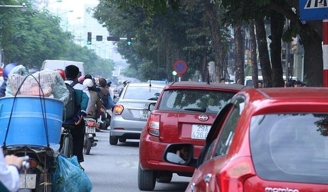 Nhan nhản ô tô đỗ trái phép trên phố Láng Hạ.