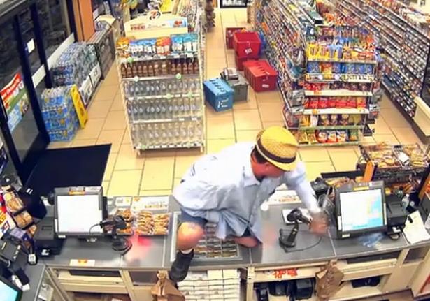 Vụ cướp lố bịch nhất quả đất: Kẻ cướp dùng ngón tay giả làm súng, uy hiếp chủ cửa hàng tiện lợi - Ảnh 2.